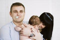 Famille heureuse se composant du bébé garçon du ` s de maman et de papa Rapports de famille heureux Images libres de droits