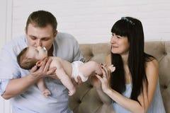 Famille heureuse se composant du bébé garçon du ` s de maman et de papa Rapports de famille heureux Photographie stock libre de droits