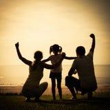 Famille heureuse se tenant sur la plage Image libre de droits