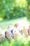 Famille heureuse se trouvant sur l'herbe Image libre de droits