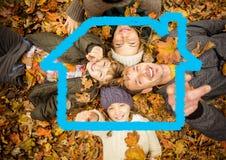 Famille heureuse se trouvant sur les feuilles sèches photos libres de droits