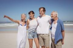 Famille heureuse semblant partie tout en se tenant côte à côte Photos stock