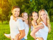 Famille heureuse sur la nature de l'été, de la mère, du père et des enfants TW Photos libres de droits