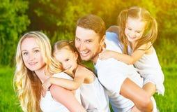 Famille heureuse sur la nature de l'été, de la mère, du père et des enfants TW Photos stock
