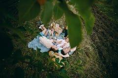 Famille heureuse sur la pelouse en parc Images libres de droits