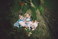 Famille heureuse sur la pelouse en parc Image libre de droits