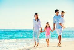 Famille heureuse sur la plage photographie stock libre de droits
