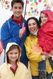 Famille heureuse sur la plage avec le parapluie photos libres de droits