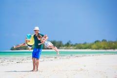 Famille heureuse sur la plage tropicale ayant l'amusement ensemble Images stock