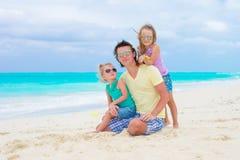 Famille heureuse sur la plage tropicale ayant l'amusement ensemble Image libre de droits