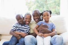 Famille heureuse sur le divan Image stock
