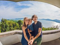 Famille heureuse sur le panorama tropical de paysage de plage de fond Le bel océan de turquoise écarte avec les bateaux et le lit Photo stock