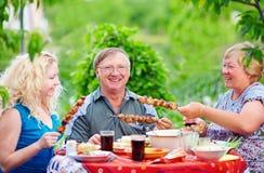 Famille heureuse sur le pique-nique, été extérieur Photographie stock libre de droits