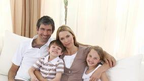 Famille heureuse sur le sofa à la maison banque de vidéos