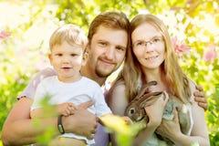 Famille heureuse sur un fond du paysage d'été Sce d'été Photos stock
