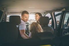 Famille heureuse sur un voyage par la route dans leur voiture Le papa, la maman et la fille voyagent par la mer ou l'océan ou la  image stock