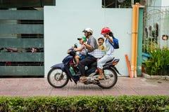 Famille heureuse sur une motocyclette Images stock