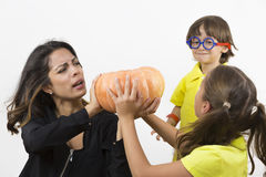 Famille heureuse tenant le potiron Photo stock
