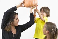 Famille heureuse tenant le potiron Photo libre de droits