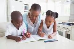 Famille heureuse travaillant à la table photos libres de droits