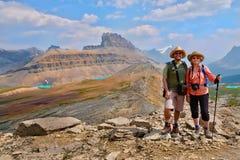 Famille heureuse voyageant dans le Canadien les Rocheuses Images stock