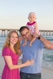 Famille heureux à la plage image stock