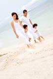 Famille heureux à la plage Photographie stock