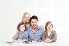 Famille heureux affichant un livre Image stock