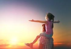 Famille heureux au coucher du soleil Images stock