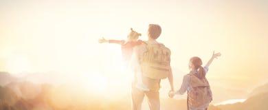 Famille heureux au coucher du soleil photographie stock libre de droits