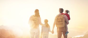 Famille heureux au coucher du soleil photo stock