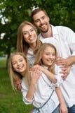 Famille heureux au stationnement Photos stock