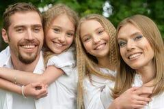 Famille heureux au stationnement Photo stock