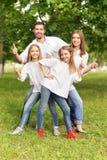 Famille heureux au stationnement Photographie stock