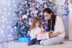 Famille heureux avec des cadeaux de Noël Photographie stock libre de droits