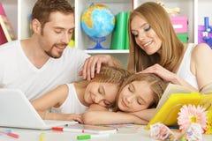 Famille heureux avec l'ordinateur portatif Image stock