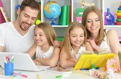 Famille heureux avec l'ordinateur portatif Images stock