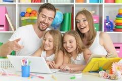Famille heureux avec l'ordinateur portatif Photo stock
