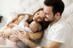 Famille heureux avec la chéri nouveau-née photo stock
