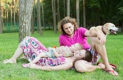 Famille heureux avec le crabot Images libres de droits