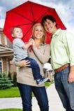 Famille heureux avec le parapluie Photographie stock libre de droits