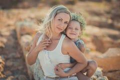 Famille heureux ayant l'amusement à l'extérieur Portrait de mère adorable et jolie de fille mignonne appréciant le temps ensemble Photo libre de droits
