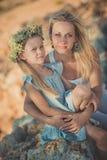 Famille heureux ayant l'amusement à l'extérieur Portrait de mère adorable et jolie de fille mignonne appréciant le temps ensemble Photo stock