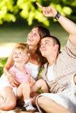 Famille heureux ayant l'amusement dans le stationnement Photographie stock libre de droits