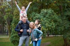 Famille heureux ayant l'amusement dans le stationnement Images stock