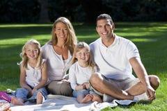 Famille heureux ayant le pique-nique dans un stationnement Images libres de droits