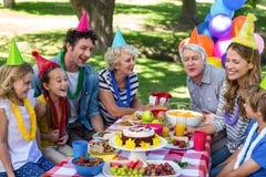 Famille heureux célébrant un anniversaire Photo stock