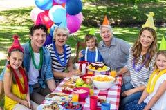 Famille heureux célébrant un anniversaire Photographie stock