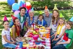 Famille heureux célébrant un anniversaire Images stock