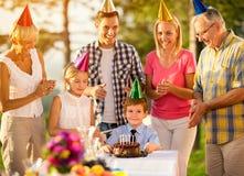 Famille heureux célébrant un anniversaire Images libres de droits